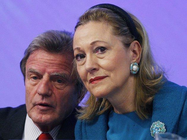 Západ se na dárcovské konferenci v Bruselu rozhodl přispět na obnovu Gruzie, poničené krátkou válkou s Ruskem, částkou 4,55 miliardy dolarů. Francouzský ministr zahraničí Bernard Kouchner a evropská komisařka Benita Ferrerová-Waldnerová.