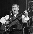 BÁSNÍK S KYTAROU. Karel Kryl patřil se svými protestsongy mezi přední kritiky komunistického režimu. Už 9. září 1969 emigroval a svými písněmi podporoval 3. odboj ze zahraničí.