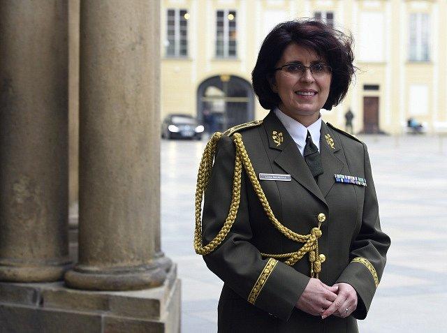 Lenka Šmerdová s generálskými výložkami pózuje na Pražském hradě, kde ji 8. května prezident Miloš Zeman jako první ženu české armády povýšil do hodnosti generálky.