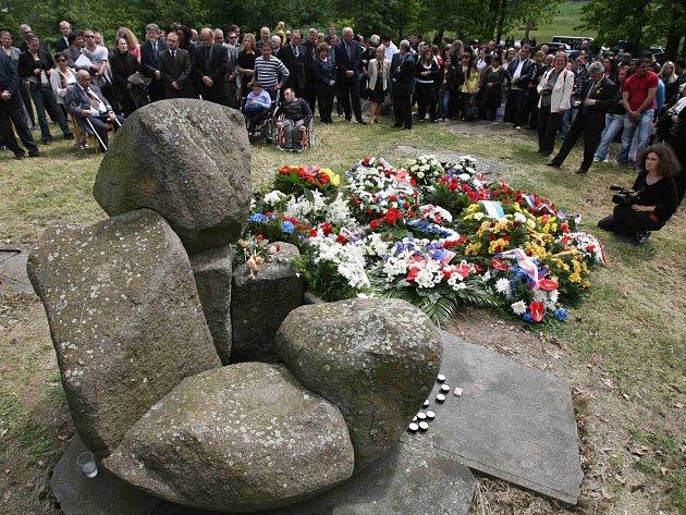 Pieta u prozatímního památníku obětem represe v pracovním táboře v Letech u Písku