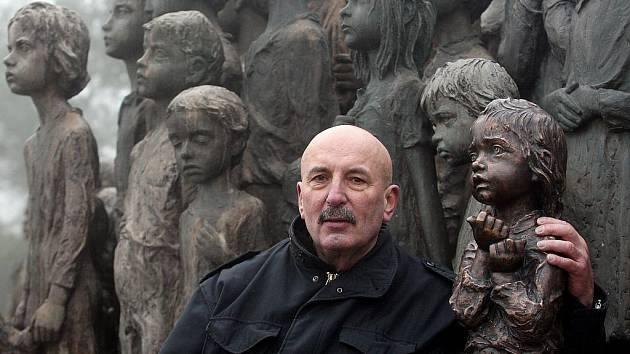 Odhalení nové bronzové sochy dívky do sousoší Památníku dětských obětí druhé světové války v Lidicích se uskutečnilo v pondělí 17. ledna 2011. Na snímku autor sochy Oldřich Hejtmánek.