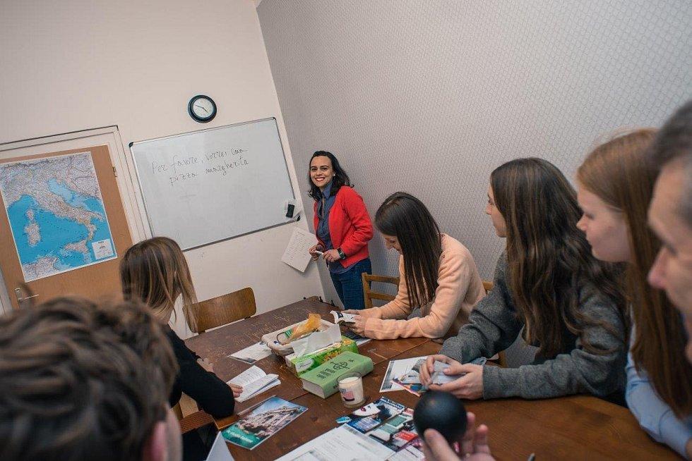 ONLINE JAKO VE TŘÍDĚ. Podle Renaty Skoupé jsou online jazykové kurzy podobné tomu, jako by studenti seděli ve třídě u jednoho stolu, akorát se vidí na jedné obrazovce