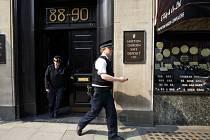 Šperky, které o víkendu v londýnské úschovně klenotů Hatton Garden ukradli neznámí lupiči, měly hodnotu asi 200 milionů liber (kolem 7,5 miliardy korun).