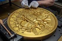 Výroba 130 kilogramů vážící mince v České mincovně 20. prosince 2018 v Jablonci nad Nisou.