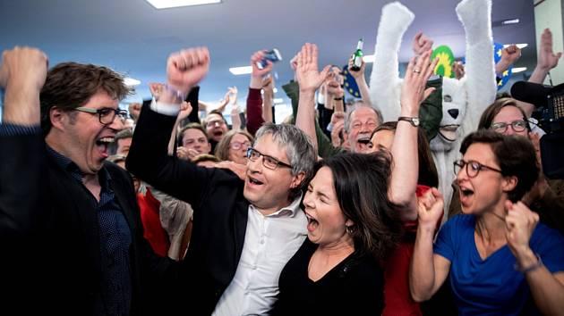 Radostná reakce lídrů německé strany Zelených na předběžné výsledky voleb do Evropského parlamentu, uprostřed europoslanec Sven Giegold a šéfka strany Annalena Baerbocková.