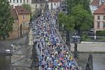 Pražský maraton, mezinárodní závod a MČR, 5. května 2019 v Praze. Závodníci běží přes Karlův most.