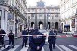 Člen vojenské hlídky u vchodu do muzea Louvre v centru Paříže dnes podle policie postřelil muže, který dvojici vojáků za pokřiku Alláhu akbar (arabsky Bůh je veliký) napadl nožem.