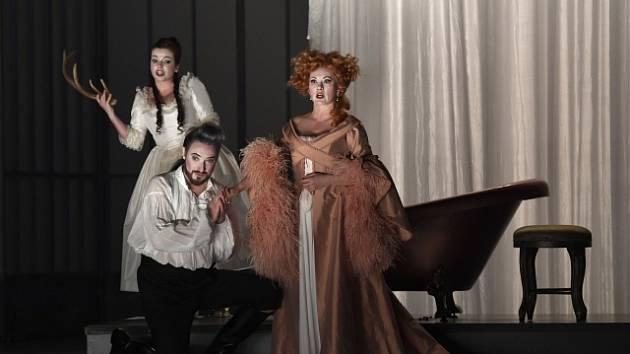 z inscenace Figarovy svatby: (zleva) Jana Sibera (Zuzana), Jiří Hájek (Hrabě) a Jana Šrejma Kačírková (Hraběnka)