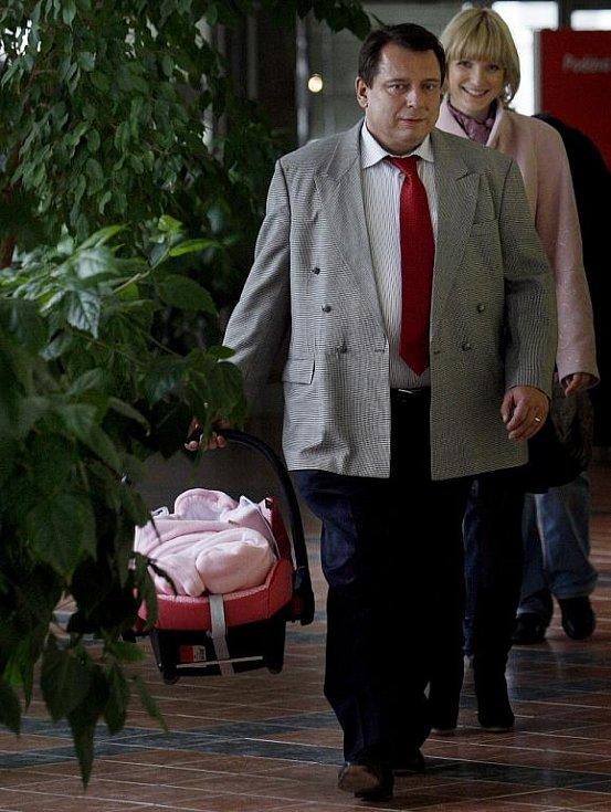 Předseda ČSSD Jiří Paroubek se svojí manželkou Petrou ukázali 7. listopadu v pražské nemocnici Motol novinářům svoji dceru Margaritu, která se narodila 1. listopadu.