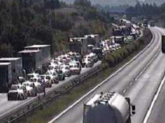 Problémy se nevyhnuly ani brněnské D1. Výjezd z metropole zkomplikovalo šetření bouračky na 18. kilometru, přičemž důsledky se na plynulosti dopravy projevovaly už na Pražském okruhu.