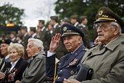 Politici v čele s prezidentem Milošem Zemanem, vojáci, váleční veteráni a další lidé si připomněli dnes v Praze na Vítkově 69. výročí konce druhé světové války.
