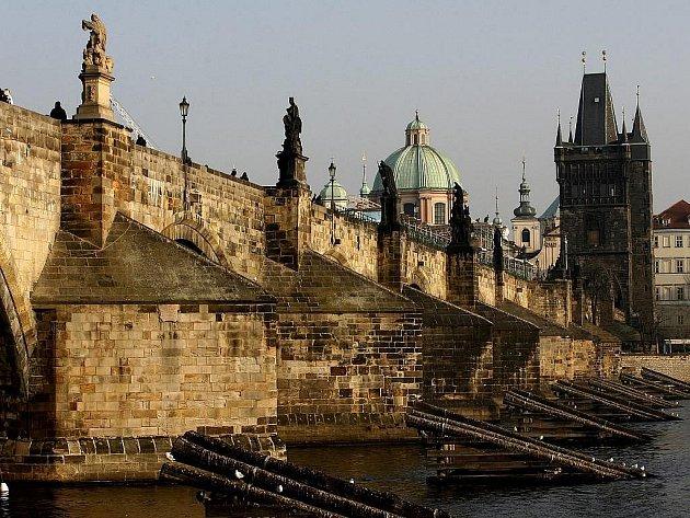 Plzeňský kraj udělil pražskému magistrátu pokutu 3,25 milionu Kč za znehodnocení památkové hodnoty Karlova mostu během jeho rekonstrukce.