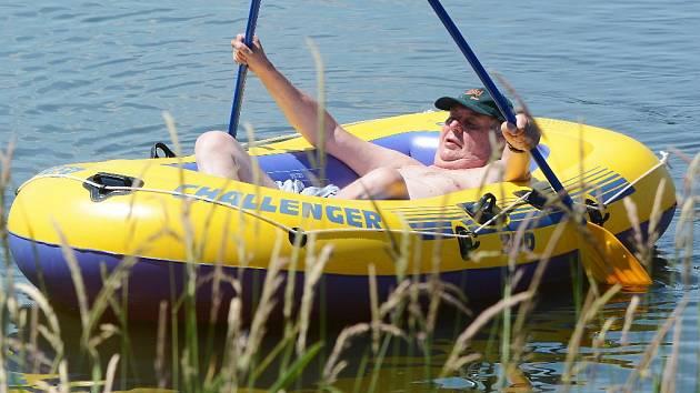 Prezident České republiky Miloš Zeman tráví dovolenou na chalupě v Novém Veselí. Ve čtvrtek po obědě vyrazil v gumovém člunu na tradiční plavbu po Veselském rybníku.