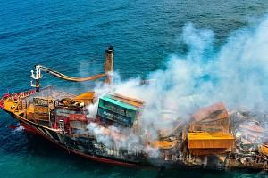 U Srí Lanky hořela kontejnerová loď. Plavidlo se nyní potápí