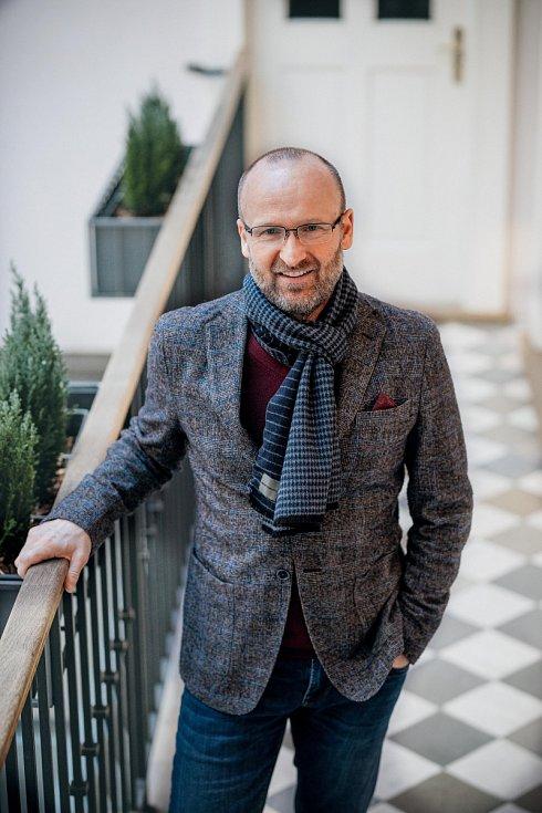 Jiří Gajdošík po škole strávil několik let jako kuchař v Německu, Rakousku či ve Španělsku. Dnes je výkonným ředitelem společnosti Asten Hotels a řídí několik hotelů.