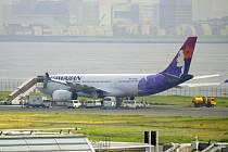 Letoun Airbus A330 se časně ráno vrátil na tokijské letiště poté, co mu po startu začaly kontrolky hlásit problém s hydraulikou. Kvůli prasklým pneumatikám zůstal na ranveji, kde mu je dělníci vyměňují.
