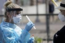 Odběry vzorků pro testování na nemoc covid-19 v americkém San Diegu.