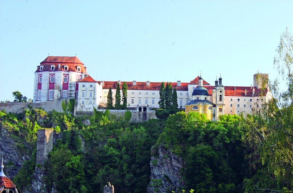 Jen co vjedete do zatáčky příjezdové cesty, naskytne se vám pohled na majestátní zámek Vranov, který se tyčí nad údolím s přilehlým městysem.