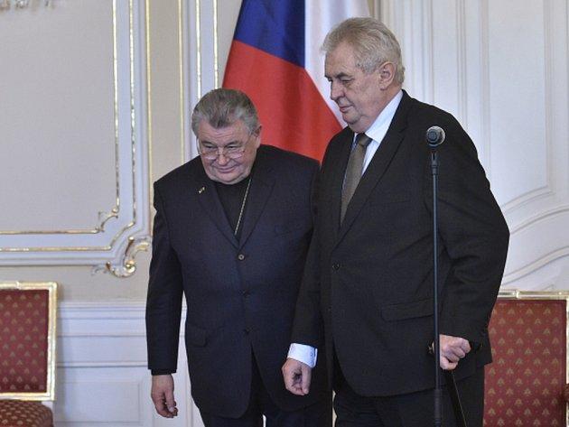 Prezident Miloš Zeman a kardinál Dominik Duka přicházejí 4. března na tiskovou konferenci na Pražském hradě po podpisu dokumentů řešících restituční nároky katolické církve v areálu Hradu.