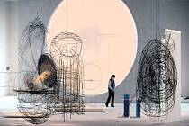 Světlo. Hledání harmonie. Jiné světy. To jsou klíčová témata výtvarníka Karla Malicha, jehož pozoruhodná retrospektiva je od pátku otevřena v Jízdárně Pražského hradu.