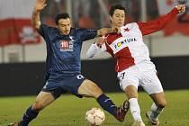 Slavia - Tottenham: Slávista Suchý se snaží zastavit Malbranqua.