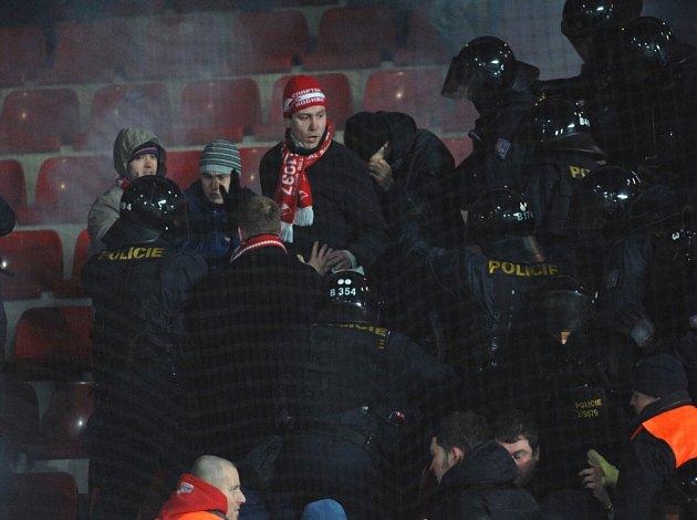 Policejní zásah po zápase Sparty se Spartakem Moskva.