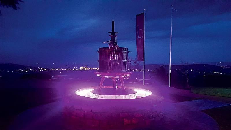 Vevinné fontáně Merezige proudí voda, doskleničky ale dostanete skvělé víno.