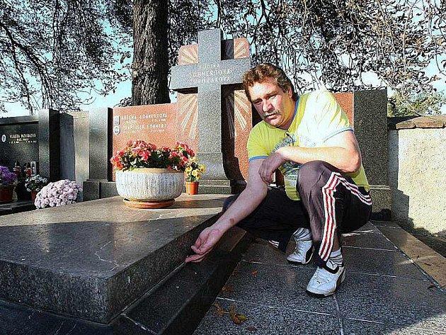 Roman Zdvořák ukazuje spáru, která vznikla po odsunutí náhrobní desky u hrobky, která patří jeho rodině. Ta je z události otřesena.