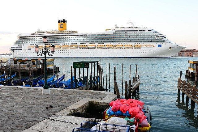 Velké turistické lodě vplouvají často do bezprostřední blízkosti historického centra. Snaha o jejich regulaci se často míjí účinkem.