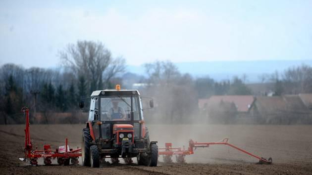 Traktor na poli, zemědělství - ilustrační foto