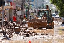 Odklízení následků povodní v Chile.