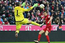 Robert Lewandowski z Bayernu Mnichov (vpravo) se snaží prosadit proti Ingolstadtu.