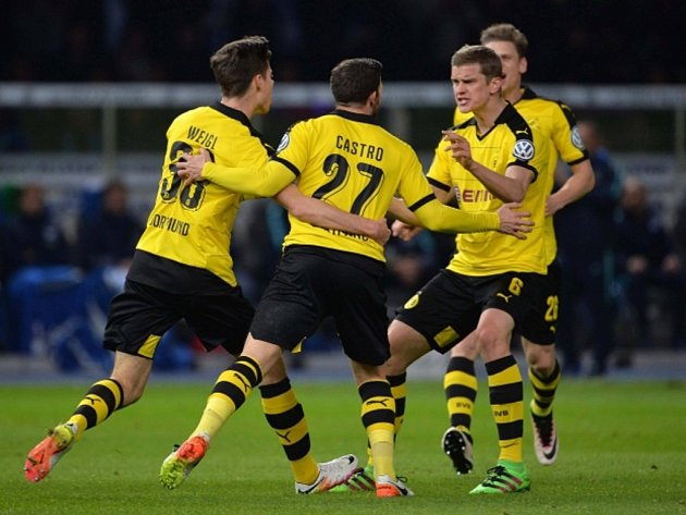 Fotbalisté Dortmundu se radují z gólu v zápase s Herthou Berlín.