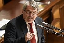 Předseda KSČM Vojtěch Filip hovoří na schůzi Poslanecké sněmovny