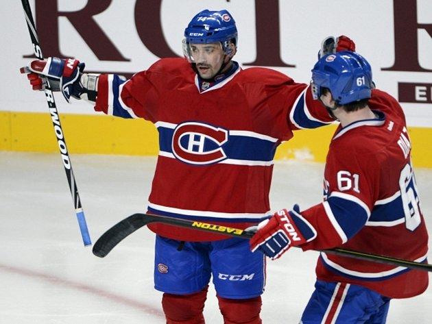 Tomáš Plekanec z Montrealu (vlevo) se raduje z gólu v síti soupeře.