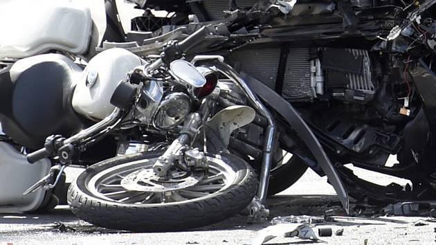 Dopravní nehoda - srážka motocyklu a automobilu - ilustrační foto