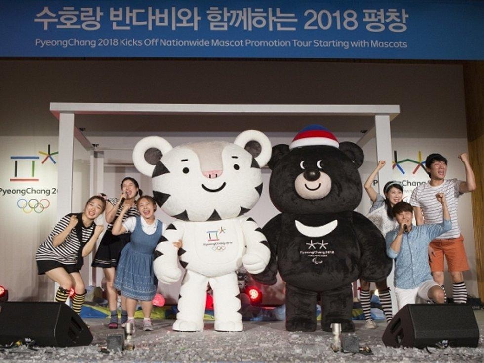 Maskot zimních olympijských her 2018 v korejském Pchjongčchangu Soohorang (vlevo) a paralympiády Bandabi.