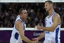 Beachvolejbalisté Petr Beneš (vlevo) a Přemysl Kubala v utkání proti Toddu Rogersovi a Philu Dauhausserovi z USA.