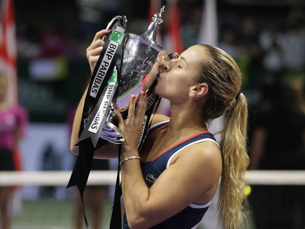 Dominika Cibulková s trofejí pro vítězku Turnaje mistryň.