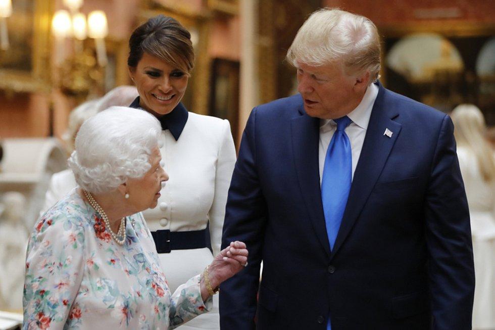Britská královna Alžběta II. a americký prezident Donald Trump Buckinghamském paláci. Uprostřed první dáma Melania Trumpová