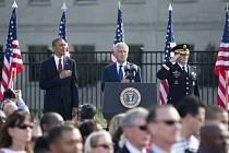 Prezident Barack Obama uctil památku obětí útoků minutou ticha před Bílým domem a Pentagonem, poblíž někdejšího Světového obchodního centra v New Yorku četli lidé jména téměř 3000 lidí, kteří zahynuli při nárazu unesených letadel.