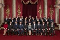 Britská královna Alžběta II. (vpředu uprostřed) s účastníky summitu NATO během společného focení na recepci v Buckinghamském paláci v Londýně, vpředu vpravo je český prezident Miloš Zeman