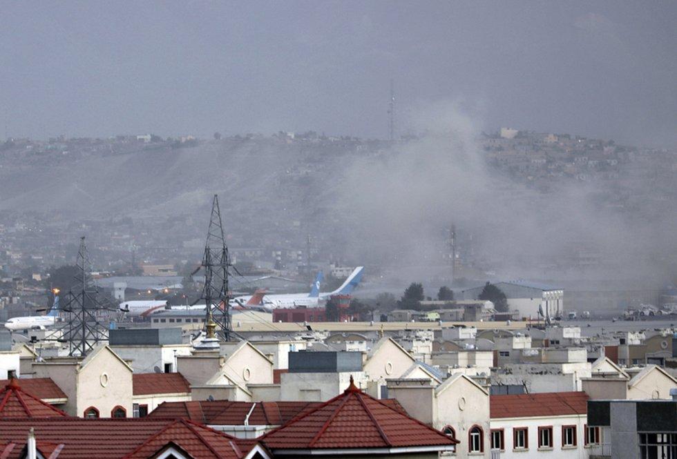 Kouř stoupající z místa výbuchu u letiště v afghánské metropoli Kábulu, 26. srpna 2021