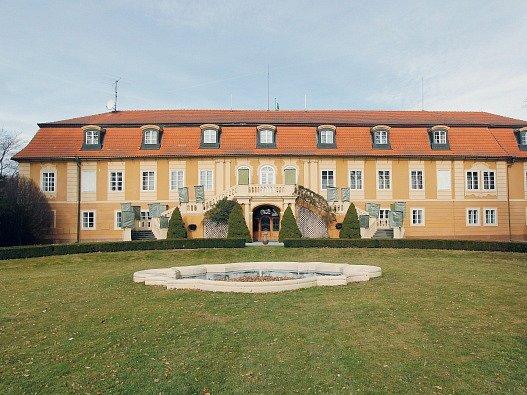 Zámek Štiřín byl postaven na místě tvrze,kterou zničily při třicetileté válce.V r. 1750 byl přestavěn a majitelem se stal kníže Rohan.