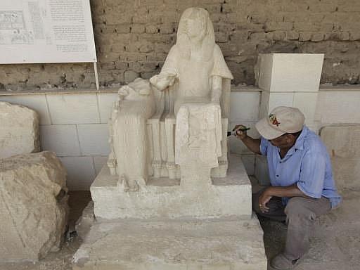 Šest hrobek z období starověkého Egypta starých přes 3000 let v pondělí egyptské úřady zpřístupnily veřejnosti.