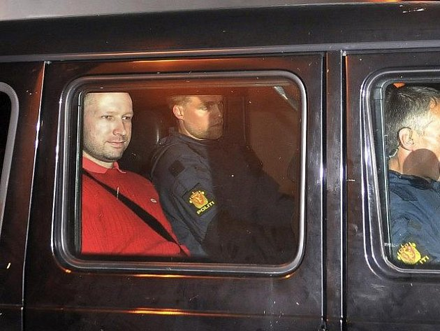 Norský soud uvalil osmitýdenní vyšetřovací vazbu na Anderse Behringa Breivika.