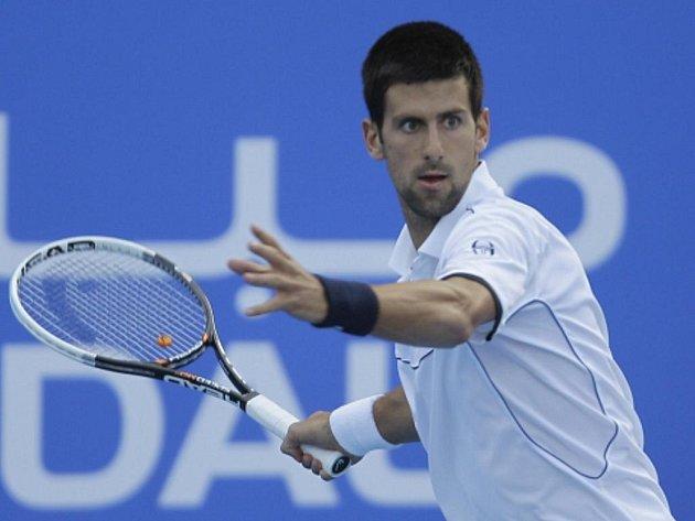 Novak Djokovič na exhibičním turnaji v Abú Zabí porazil Rogera Federera.