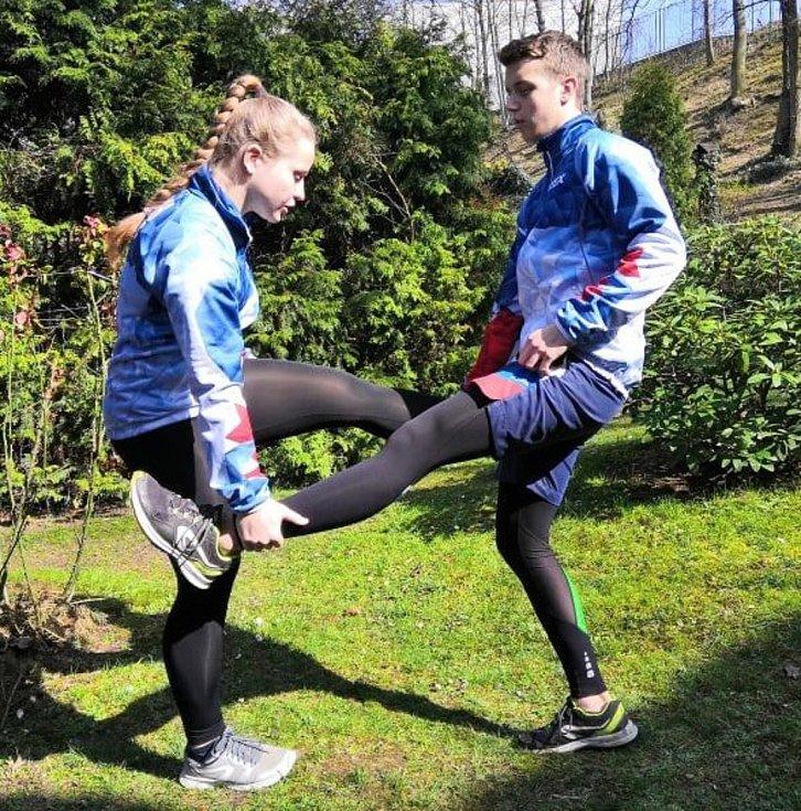 Pohybovat se můžete třeba na zahradě nebo i v obýváku. Zkuste to podle návodu kickboxerky Martiny Ptáčkové a jejího bratra a trenéra Josefa. Přinášíme už třetí díl a další pro vás připraví na středu 8. dubna.
