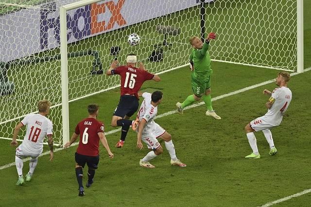 Kasper Schmeichel sebral Tomáši Součkovi z ovázané hlavy vyrovnávací gól.