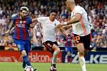 Lionel Messi (úplně vlevo) se na hřišti Valencie trefil hned dvakrát